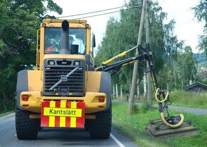 Kantslått: Langs fylkesvegene i Innlandet er kantslåtten nå i gang.