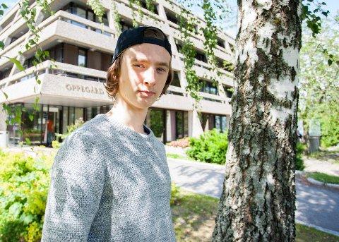 STEMMER: Emil Kvamsdahl (18) fra Svartskog etterlyser skoledebatt på Roald Amundsen videregående skole. Han vil gjøre et så klokt og informert valg som mulig når han i september skal stemme om hvem som skal sitte i rådhuset bak han.