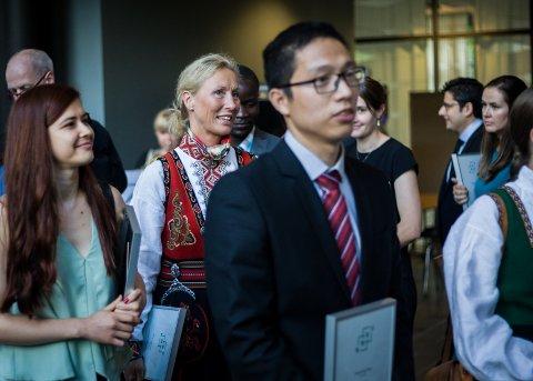 Nina Jøranson (i bunad, til venstre) går i prosesjon ut fra doktorgradsseremonien på NMBU fredag ettermiddag.