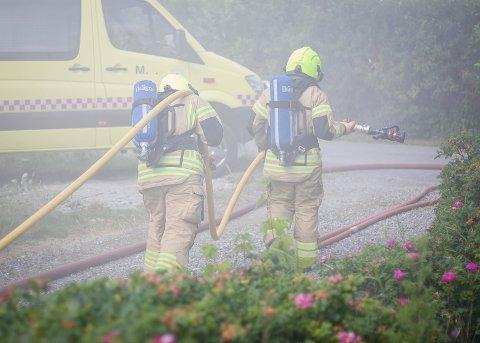TUNGE LØFT: Fire aspiranter fra Follo brannvesen øvde på røykdykking i et rivingsklart hus på Kolbotn torsdag.