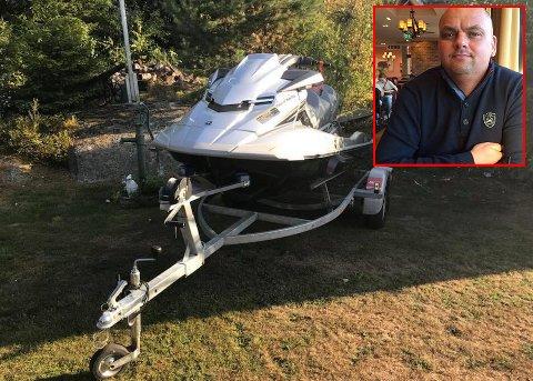STJÅLET: Denne vannscooteren med tilhørende henger er noe av det som har blitt stjålet fra Andre Skjerden.