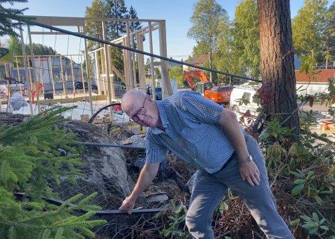 PROVOSERT: Dag Johnsrud ble forbannet da han oppdaget at gjerdet var tatt ned for at entreprenøren skulle komme til med gravemaskin. Foto: Bjørn Sandness