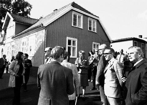 """BYGNINGSVERN: Under """"Arkitekturvernåret 1975"""" ble Larvik kjent som en av Nordens største trehusbyer. Her vises en gruppe deltakere fra konferansen """"Den nordiska trädstaden"""" omkring på Langestrand av byarkitekt Lars Li (nr tre fra høyre i forgrunnen)."""