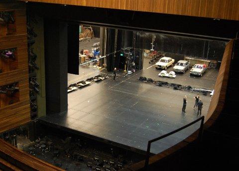 Utsikt fra 3. balkong. Scenen gjøres klar til kveldens forestilling.