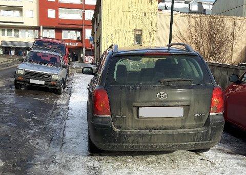 LITT UTENFOR: Dette var en av de 32 bøtelagte parkeringene på fortau i Larvik i fjor, etter at det trolig ikke var ledige plasser på parkeringsplassen. Kommunen skal prioritere sikkerhet og tilgjengelighet for gående og syklende, og slå ned på slike parkeringer.