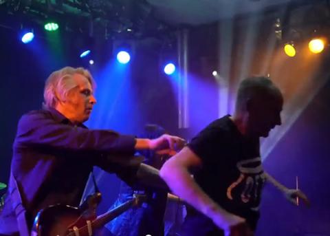 OPPE PÅ SCENEN: Arrangør Jan Walaker måtte dyttes ned fra scenen av gitarist James Johnston.