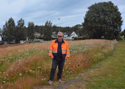 GRO: På månejordet lar kommunen gresset og blomstene gro. Ragnar Kløverød forteller at det er for å ivareta biologisk mangfold.
