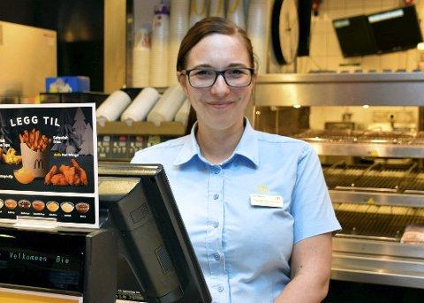 TRIVES GODT: Restaurantsjef Cecilie Martinsen (31) fra Hamar husker godt hvor kult hun syntes det var å dra innom en McDonalds i Oslo i oppveksten. Er hun er på ferie nå, stikker hun også alltid innom sine kollegaer hvis hun passerer et spisested med den gule M-en på taket. – Vi er virkelig en stor McFamily, smiler hun.