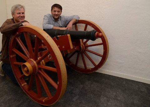 INVITERER: Denne kanonen skal det smelle fra under angrepet på Flisen skanse. Til venstre eieren Inge Roar Kristiansen og ordfører Ørjan Bue.