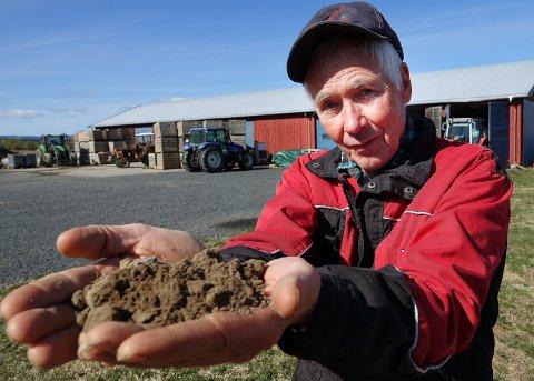 STEMMER: Bonde Ole Andreas Trongaard er enig med værprofeten om at mai-kulde i passe mengde er bra for jorda ogavlingene.