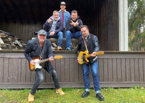 KLARE PÅ SCENA: Det er på denne scena på Prestøya det skjer. Oppe står Lars Westgård, Tor Erik Hagen, Kjetil Sæter. Nede står Andreas Holø og Anders Westhagen