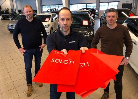 GOD START: Åtte salg den første uka, og Lars M. Kristoffersen har stått for de fleste. Bak: Per Arne Brustad (til venstre) og Ole Gustav Solberg.