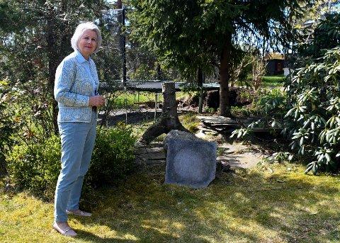 SJENANSE: Marie Torp har ikke noe særlig til overs for plasseringene av trampolina til naboen. Den står helt inntil tomtegrensa mellom eiendommene, få meter fra hennes uteplass.