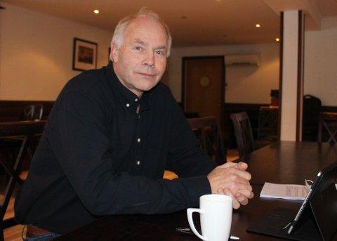 KRITISK: Jon Pieter Flølo er gruppeleder for Frp i Bamble kommunestyre. – Jeg registrerer at ordføreren uttaler i mediene at han deltar i mange møter om koronasituasjonen. Men opposisjonen er ikke blitt invitert til noen av disse møtene. Vi kan derfor gå glipp av vesentlig informasjon før endelige beslutninger tas, sier Jon Pieter Flølo.