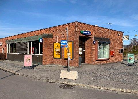 Politiet rykket ut da en mann og en kvinne kastet glass rundt seg på jernbanestasjonen tirsdag formiddag.