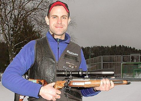 SUVEREN KLASSESEIER: Knut Magne Bjørnstad benyttet sesongpremieren på hjemmebane til å teste en ny kikkert på rifla og til en suveren klasseseier i jeger A og tredjeplass totalt.
