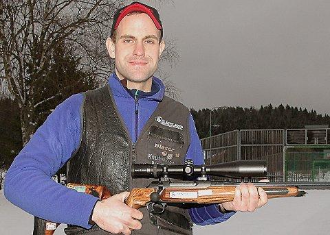 FØRSTE GANG:Knut Magne Bjørnstad - som har vunnet så mye - ble søndag fylkesmester i jaktfeltskyting for første gang. Og når han først ble mester, så gjorde han det med feilfri skyting.