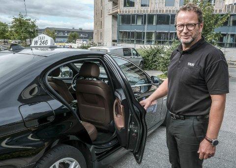 VALG-TAXI: Snorre Luneng og kollegaene hans i Mo Taxi stiller opp på valgdagen og kjører gratis folk som ellers ikke ville kunnet komme seg for å stemme. Foto: Øyvind Bratt
