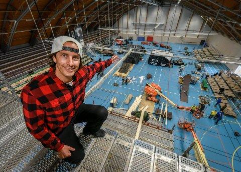 PÅ TOPP: André Villa på toppen av den 12,5 meter store rampen i Ranahallen, som skal være den største av sitt slag i verden. Foto: Øyvind Bratt