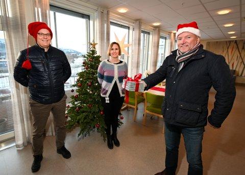 Leder Kjell Jacobsen og nestleder Frode Meisfjord i Båsmokoret gir CDer til Selfors sykehjem. Rådgiver for institusjonstjenesten i Rana, Hilde Solheim Nilsen, er takknemlig for at koret tenker på de eldre.