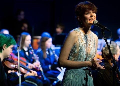 – Med 61 unge og «gamle» på scenen, og cirka 150 i salen ble stemningen høy. Sangelevene og Daria Katyba bidro til å gi korps og orkester en ny erfaring, og publikum likte tydeligvis denne miksen, sier Espen Johansen.