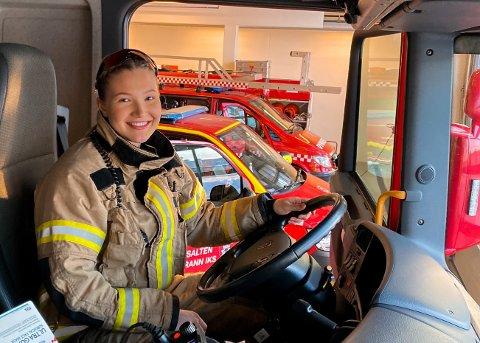 Hanna Andersson fra Rana bestemte seg for å ta utdanning som brannkonstabel i forsvaret. Nå har hun fått fast jobb i Bodø.