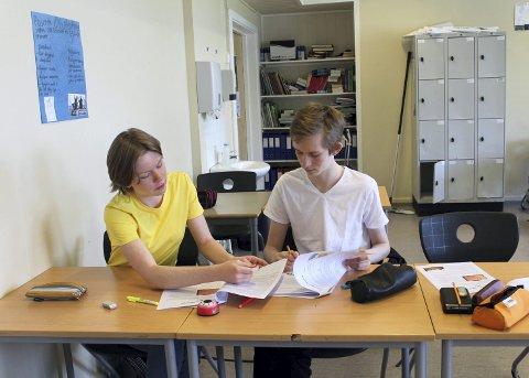 Klare for eksamen: Regine Vedal-Fekstad og Sebastian Mistereggen diskuterer tekstene i forberedelsesheftet. Foto: Mariann Beausire