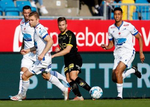 Spilte hele kampen: Aleksander Melgalvis i duell med Haugesunds Bruno Leite (t.h) og Haugesunds Sondre Tronstad (t.h) Christoffer Velde (bak).