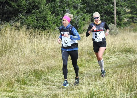 JEVNGODE. Kristine Fjeld og Kari Lier kjempet en knallhard duell de siste kilometrene. Det toppet seg på oppløpet.