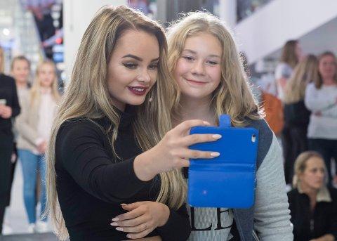 John Glenn Robertsen lar seg provosere av Sophie Elise og andre kjendisbloggere. Her fra Sophie Elises besøk på Kuben, hvor hun tar selfie sammen med Hannah Mathilde Venåsen (14).