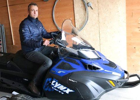 SKUFFET: Helge Ivar Melbye, leder i skigruppa i Tyristubben, er skuffet over at noen har stjålet en tilsvarende snøscooter. Foto: Privat