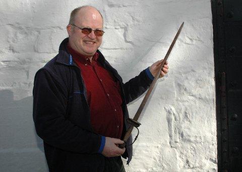Nils Skjørvold, leder for menighetsrådet, med det historiske sverdet som ble stjålet i våpenhuset i Norderhov kirke