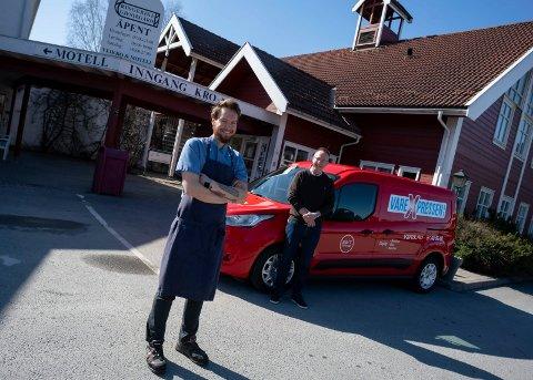 BRINGER MAT: Kokk ved Gjestegården, Johnny Renshusløkken og driver av VareXpressen, Erik Fredriksen, håper tilbudet blir godt tatt i mot av kundene.