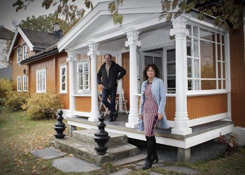 VERDENSUTSTILLINGEN: Kolbjørn Arntzen og megler Kristin Pettersen i hagen i Strømsveien 84. Søylene på verandaen var del av den norske paviljongen ved verdensutstillingen i Paris i 1900.FOTO: Marianne Enger