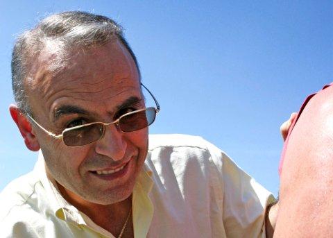 Dr. Samuel Nasrala sjekker om en badeturist har farlig føflekk. Sak: UV-stråling