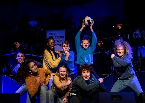 Energiske skuespillere i Snilerevyen 2019. Caroline Borge (øverst f.v.), Maria Habiyambere, Martin Borge, Ida Oldeide Hay, Ulla Fredriksen, (nederst f.v.) Lara Mreihil, Aurora Sunde og Snorre Kind Monsson.