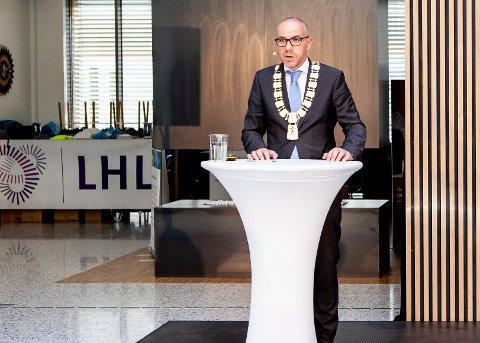 JUNI 2018: Ullensakwer-ordfører Tom Staahle taler under åpningen av LHL-sykehuset. Nå samler han Øvre-ordførerne og stortingspolitikere til en redningsoperasjon.