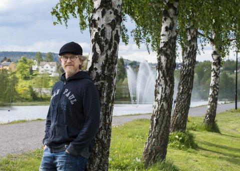 Fornøyd: Thomas Frost er opprinnelig fra Lørenskog, men har flyttet med familien til Lillestrøm. Særlig trives han i det idylliske området ved flomvollen ved Nitelva, et sted som gir ro til lange tanker.Foto: Vidar Sandnes