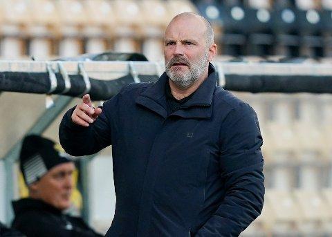 MANGE SPILLER: LSK-trener Geir Bakke hadde 28 spillere på trening i LSK-halen lørdag kveld.