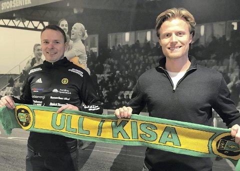 Treårskontrakt: Arild Sundgot (t.v.) bor på Jessheim og mandag enig med daglig leder Andreas Aalbu om en treårskontrakt som assistenttrener i Ull/Kisa. Foto: Ull/Kisa fotball