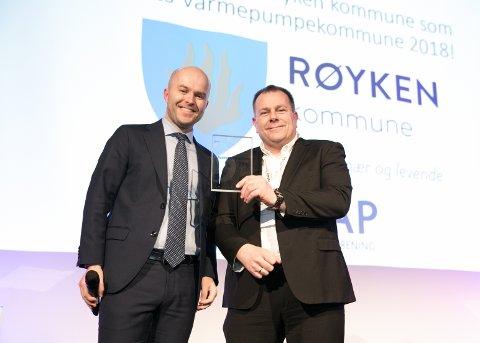 Lars Erik Eriksen (til høyre) mottar prisen på vegne av Røyken kommune av Rolf Iver Mytting Hagemoen under prisutdelingen i Bærum.