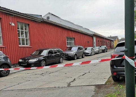 - Meningen med å sette opp sperrebånd var å hindre biler i å kjøre inn på området på grunn av forestående arbeid, sier Eirik Dahl i Slemmestad Brygge AS.