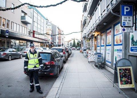 HIT, MEN IKKE LENGER: Ingar Kjærland viser hvor grensen går mellom bot, og ikke bot.