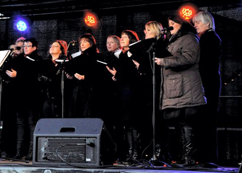 MARKERER 10 ÅR: Koret Kvinner og Klang har konsert på SVGS 2. juni. Bildet er fra julemarkedet i 2013.