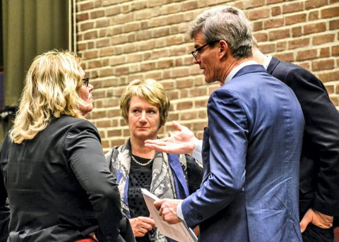 BYGGET NY KOMMUNE: Gudrin Grindaker (i midten) ble rekruttert eksternt. I dag mener ordfører Bjørn Ole Gleditsch det var et feilgrep å ikke velge en intern kandidat som prosjektleder. T.v. kommunalsjef Torunn Årset.