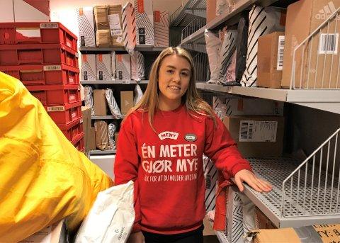 PAKKER OG POST: Helene Ertsås Mathisen hos Kilen Post i Butikk, Meny Indre Havn har mye å gjøre, men hun har ikke registrert flere uavhentede pakker enn vanlig.