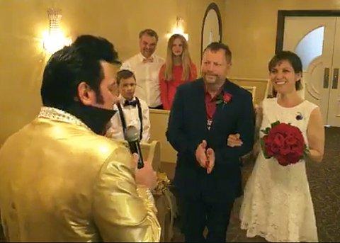 Marit Hembre og Kent Roger Lohmann ble viet i Graceland Wedding Chapel. Bryllupet i Las Vegas, sto i juni måned 2019. « Elvis» til venstre.
