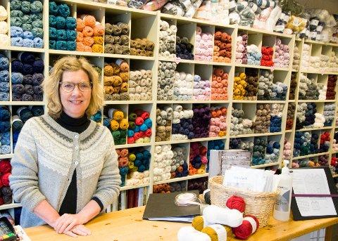 Anne Marie Bomark på Nancy Strikkestove fikk så mange telefoner at hun valgte å åpne butikken igjen. Nå er det flere som har funnet fram strikkepinnene og kommer innom garnbutikken i Sandnes.