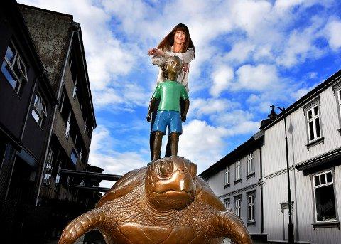 KUNST ER ET PLUSS: Stine Ferguson mener forutsetningene for at gågata i Sarpsborg skal bli attraktiv, er svært gode. Kunsten som har kommet opp er et ekstra pluss, synes hun.