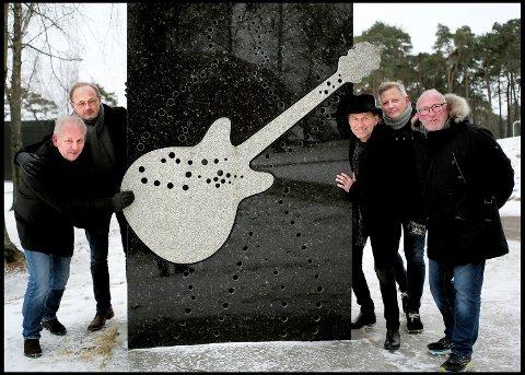 Kulåsfeiring: Pink Floyd, her representert ved Bjørn Haugland (fra venstre), Dag Enggrav, Bjørnar Strøm og Terje Severinsen, sammen med Gleng-leder Pål Antonsen, skal feire sitt ti-års jubileum i Kulåsparken 16. juni, i forbindelse med Glengfestivalen.